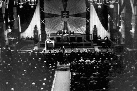Voľba J. Tisu za prezidenta v aule dnešnej Univerzity Komenského, 26. október 1939.